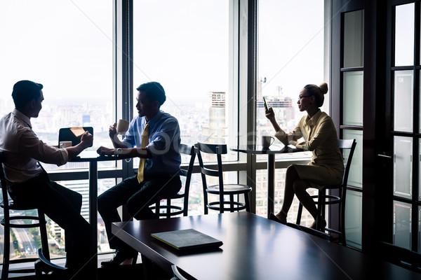 Dolgozik helyzet alkalmazottak kávé beszél üzlet Stock fotó © Kzenon