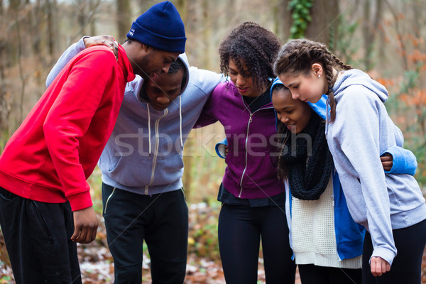 Motivado jóvenes equipo entrenamiento aire libre mujer Foto stock © Kzenon