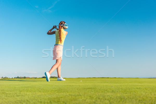 Profissional feminino jogador de golfe sorridente motorista Foto stock © Kzenon