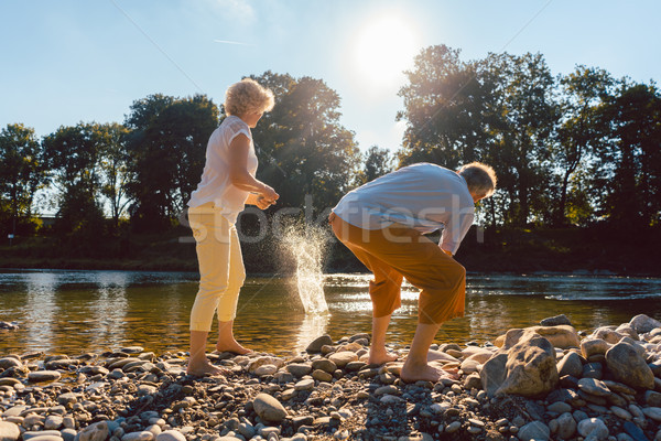 Kettő idős emberek élvezi nyugdíj egyszerűség Stock fotó © Kzenon