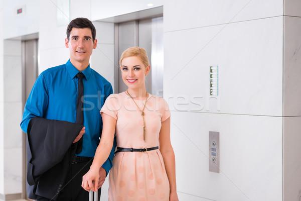 Pareja espera hotel ascensor ascensor feliz Foto stock © Kzenon