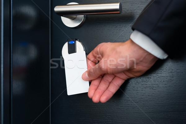 Сток-фото: электронных · комнату · двери · современных · отель · молодым · человеком