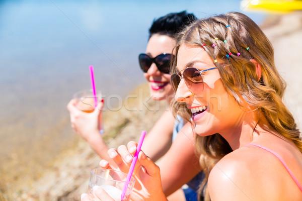 Femmes potable cocktails plage natation lac Photo stock © Kzenon