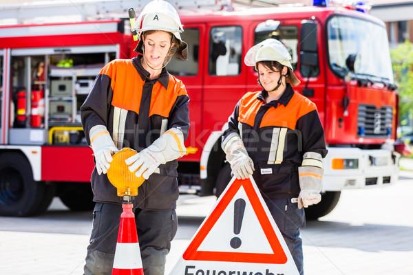 Női tűz felfelé figyelem felirat vészhelyzet Stock fotó © Kzenon