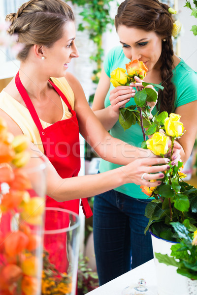 Fleuriste femme rose bouquet client Photo stock © Kzenon