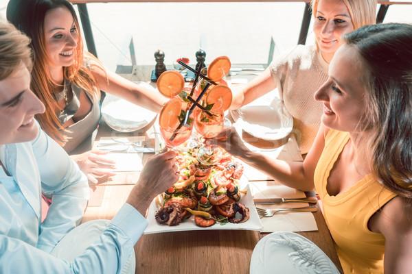 Foto stock: Jóvenes · amigos · cócteles · comer · mariscos