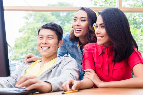 Drie jonge creatieve collega's project Stockfoto © Kzenon