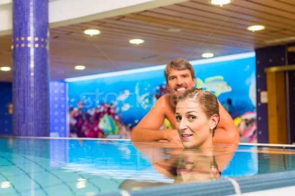 Pareja Resort sonriendo piscina lujoso Foto stock © Kzenon