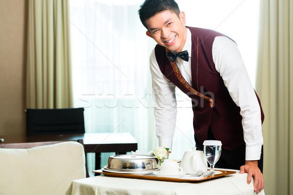 Asiático chinês serviço de quarto garçom comida Foto stock © Kzenon
