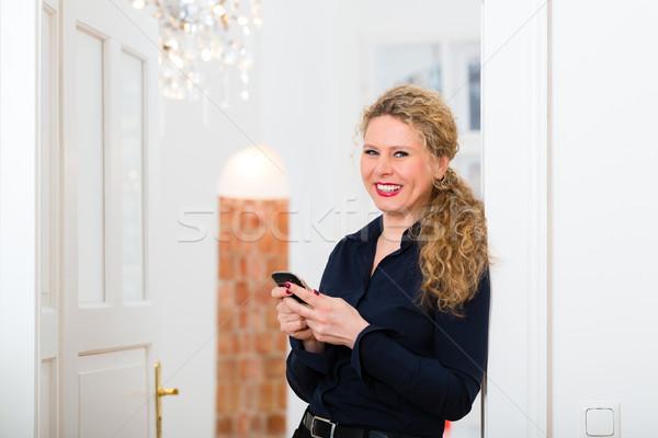 Stunde Frau home Handy jungen Geschäftsfrau Stock foto © Kzenon