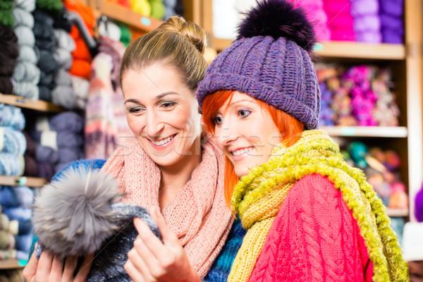 Fiatal nők köt bolt vásárlás divat vásárol Stock fotó © Kzenon