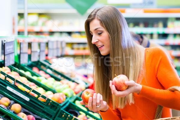 Nő kiválaszt gyümölcsök almák élelmiszer vásárlás Stock fotó © Kzenon