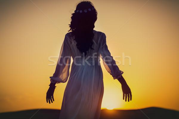 Mujer desierto gira mirando puesta de sol sol Foto stock © Kzenon