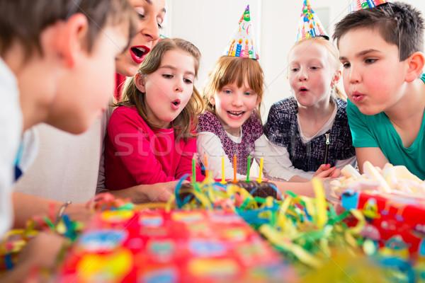 Enfant fête d'anniversaire bougies gâteau amis Photo stock © Kzenon