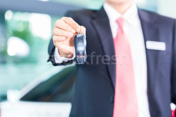 Araba satıcısı oto anahtar araba çalışmak erkekler Stok fotoğraf © Kzenon