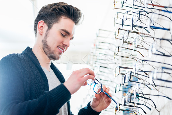 Photo stock: Homme · plateau · verres · opticien · magasin · regarder
