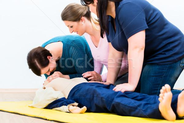 グループ 女性 応急処置 行使 私に 作業 ストックフォト © Kzenon