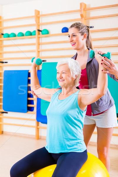 Starszy kobieta trener fitness sportu siłowni Zdjęcia stock © Kzenon