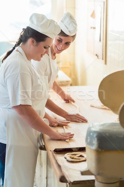 Baker donne lavoro panetteria guardando lavoro Foto d'archivio © Kzenon