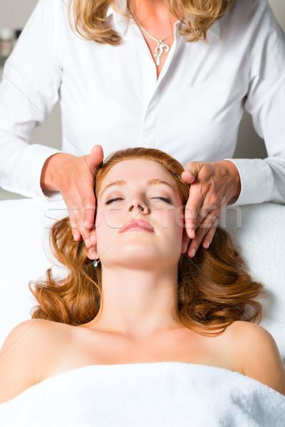 Bem-estar mulher cabeça massagem estância termal cara Foto stock © Kzenon