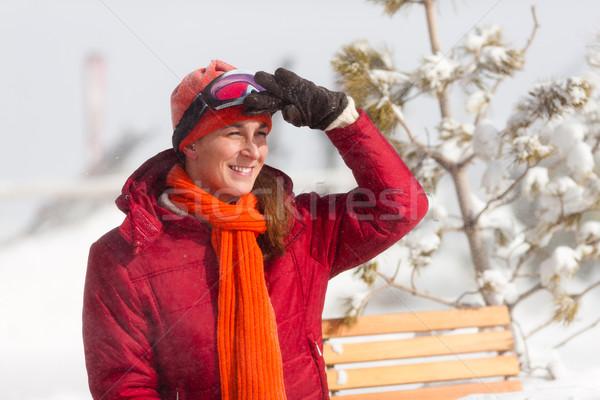 Mujer esquí cabaña sesión mirando alpino Foto stock © Kzenon