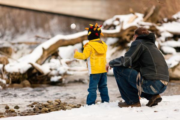 Familie winter lopen rivier vader zoon rivieroever Stockfoto © Kzenon