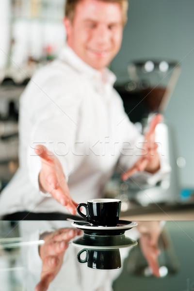 Barista presenteert koffie coffeeshop winkel De ober Stockfoto © Kzenon