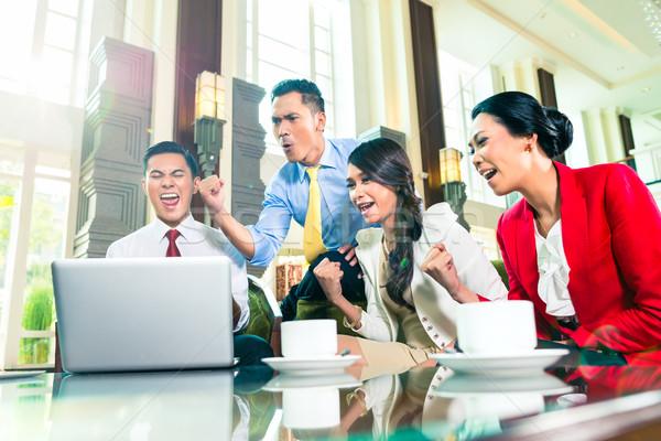 Asian spotkanie oglądania laptop Zdjęcia stock © Kzenon