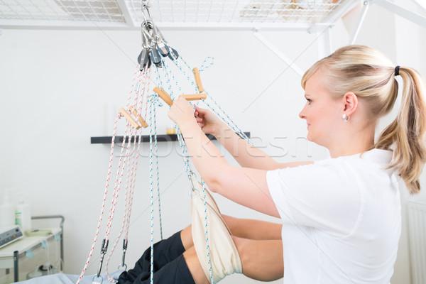 Beteg csúzli asztal fizioterápia terapeuta férfi Stock fotó © Kzenon