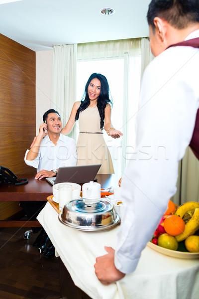 Asiático serviço de quarto garçom café da manhã hotel Foto stock © Kzenon