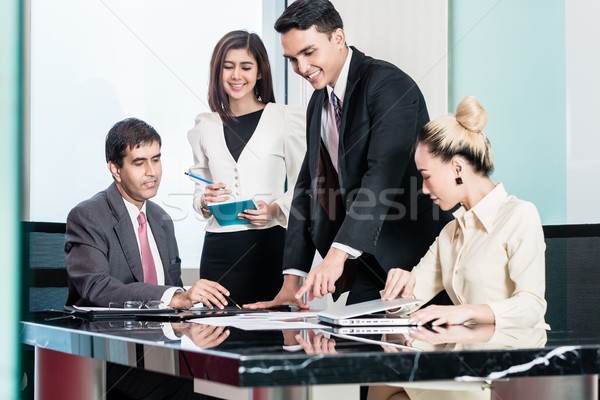 Vergadering luisteren presentatie asian zakenlieden Stockfoto © Kzenon