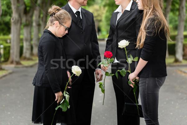 家族 喪 葬儀 墓地 立って グループ ストックフォト © Kzenon