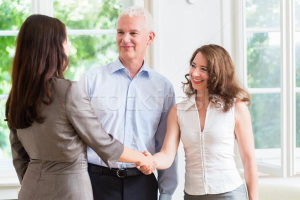 üzletemberek kézfogás megállapodás üzlet iroda férfi Stock fotó © Kzenon