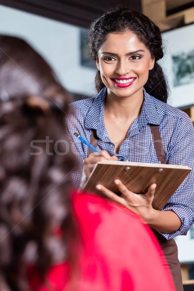 Garçonete indiano restaurante café mulher Foto stock © Kzenon