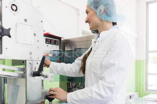 Competente fabbricazione operatore industriali femminile indossare Foto d'archivio © Kzenon