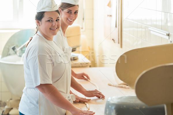 Бейкер женщины рабочих хлебобулочные глядя продовольствие Сток-фото © Kzenon