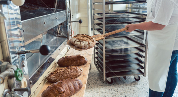 Vrouw bakkerij brood boord schop Stockfoto © Kzenon