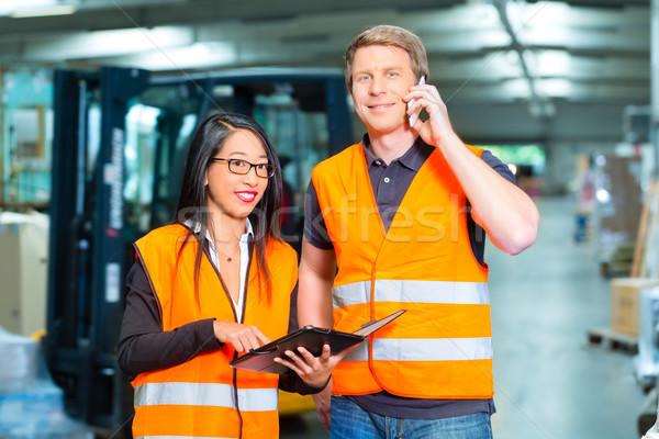 Targonca sofőr felügyelő raktár logisztika csapatmunka Stock fotó © Kzenon