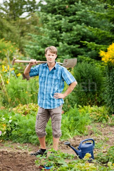 Kertész tart föld tavasz ásó gyártmány Stock fotó © Kzenon