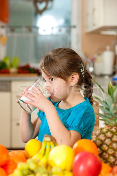 Foto stock: Nino · potable · leche · alimentación · saludable · fruta · fresca · mesa