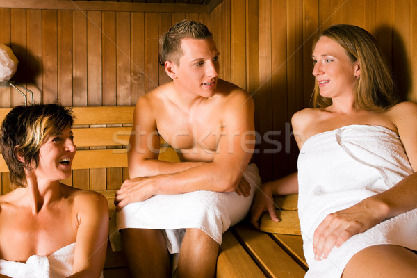 freunde sauna drei personen ein m nnlich zwei stock foto arne trautmann kzenon. Black Bedroom Furniture Sets. Home Design Ideas
