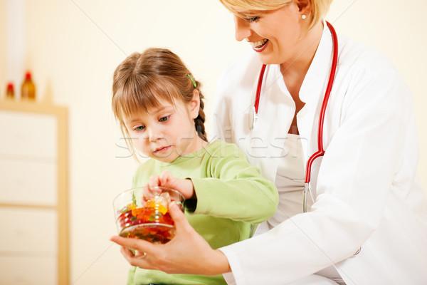 Pediatra médico doce pequeno paciente feminino Foto stock © Kzenon