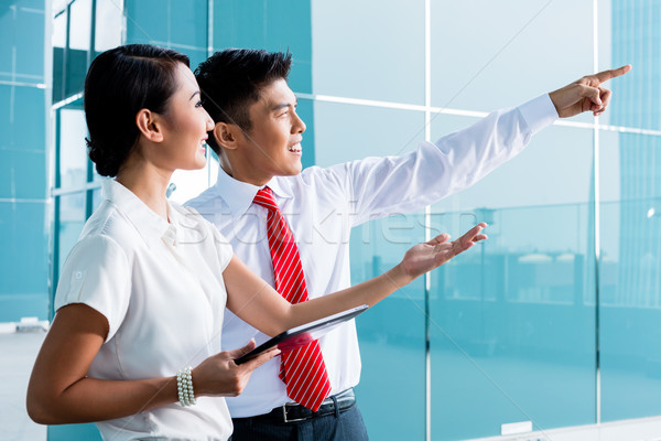 Kínai üzletember magyaráz ötlet előrelátás üzlet Stock fotó © Kzenon