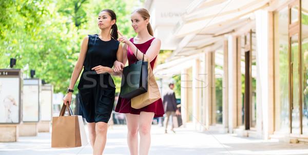 Kettő divatos fiatal nők sétál város vásárlás Stock fotó © Kzenon