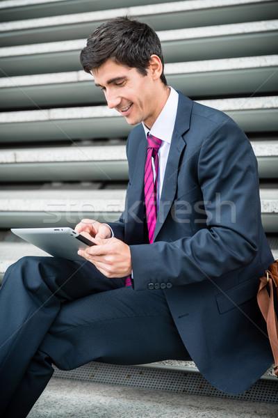 Zakenman tablet communicatie gegevensopslag uit jonge Stockfoto © Kzenon