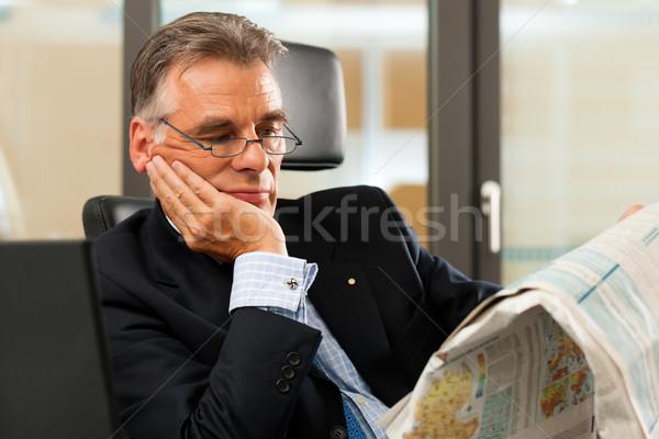 Foto stock: Jefe · oficina · lectura · periódico · negocios