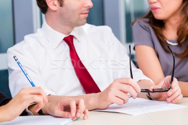 Equipe de negócios reunião discutir atual negócio homem Foto stock © Kzenon