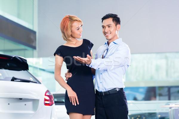 Asiático casal escolher luxo suv carro Foto stock © Kzenon