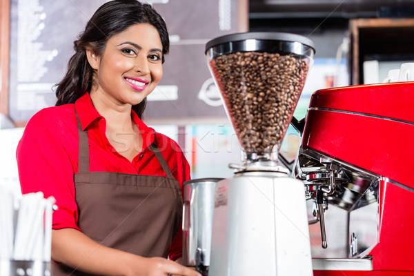 Stockfoto: Indian · barista · aanbieden · koffie · vrouwelijke · cafe