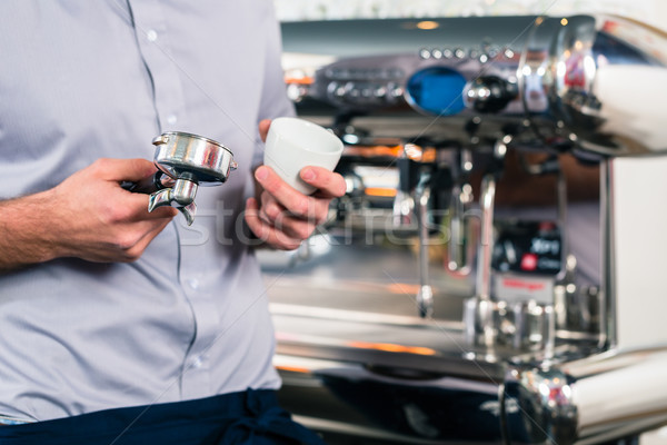 Garçon espresso automatique mains Photo stock © Kzenon